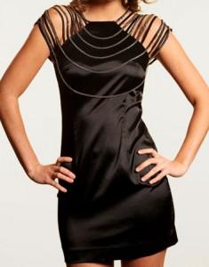 robe-noire-collier-epaule-1